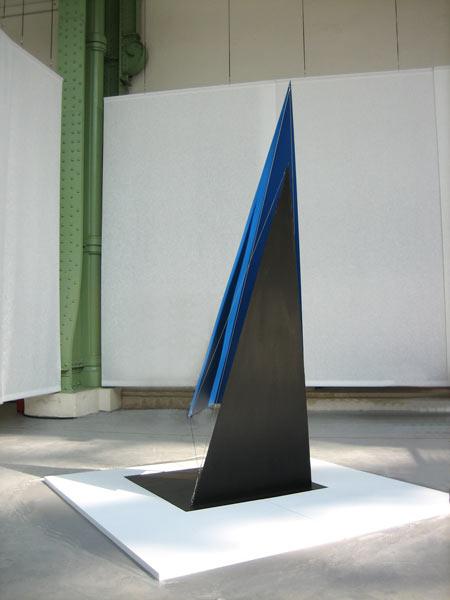 Patrick FLEURY, Alpha2 (2007) acier peint 100cm x 100cm x 250cm