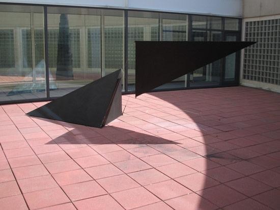 Patrick FLEURY, Etrave (1997) acier peint (500 x 160 x 126cm)