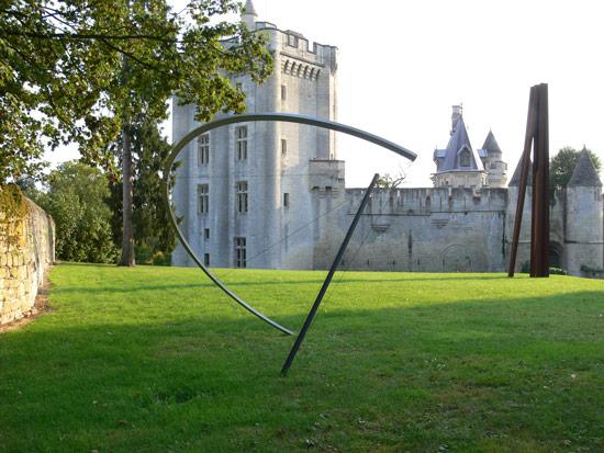 Patrick FLEURY, Grand Arc (1996), Donjon de Vez, acier peint, aluminium (ø: 510cm)