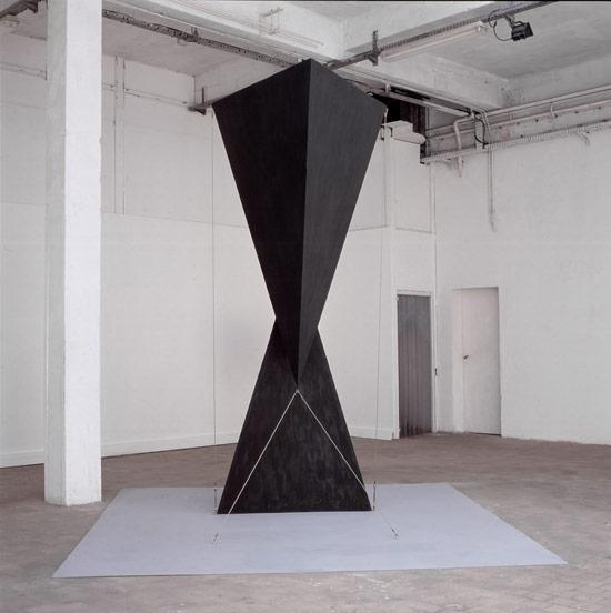 Patrick FLEURY, Vortex 2 (1999), acier peint (310 x 300 x 130cm)