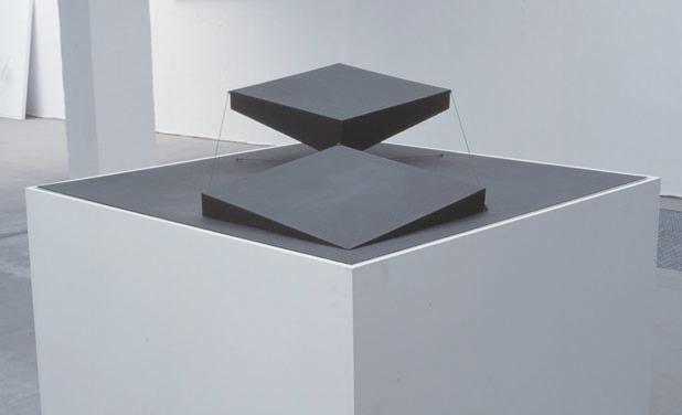 Patrick Fleury  Manta  (1998) acier peint  (100 x 100 x 30cm)