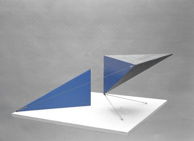 Patrick Fleury  Sigma  (1998) acier peint  (50 x 50 x 40cm)
