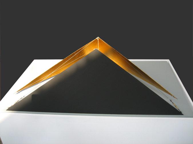 Patrick Fleury  Delta 2  (1998) acier peint, feuille d'or (83 x 50 x 20cm)